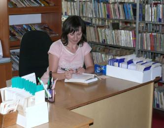 Zdjęcie przedstawia wnętrze biblioteki