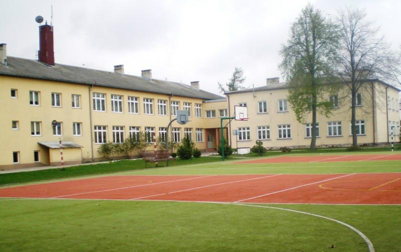 Rzut na szkołę oraz boisko